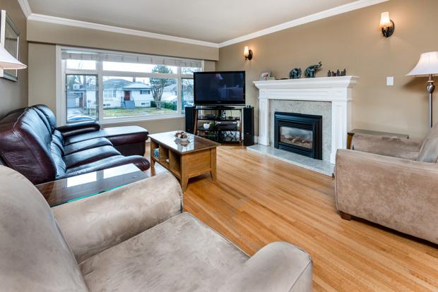 7668 Endersby living room
